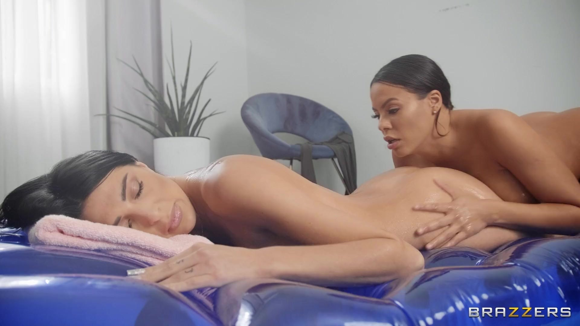 Luna Star - A Naughty Nuru Massage | Picture (2)
