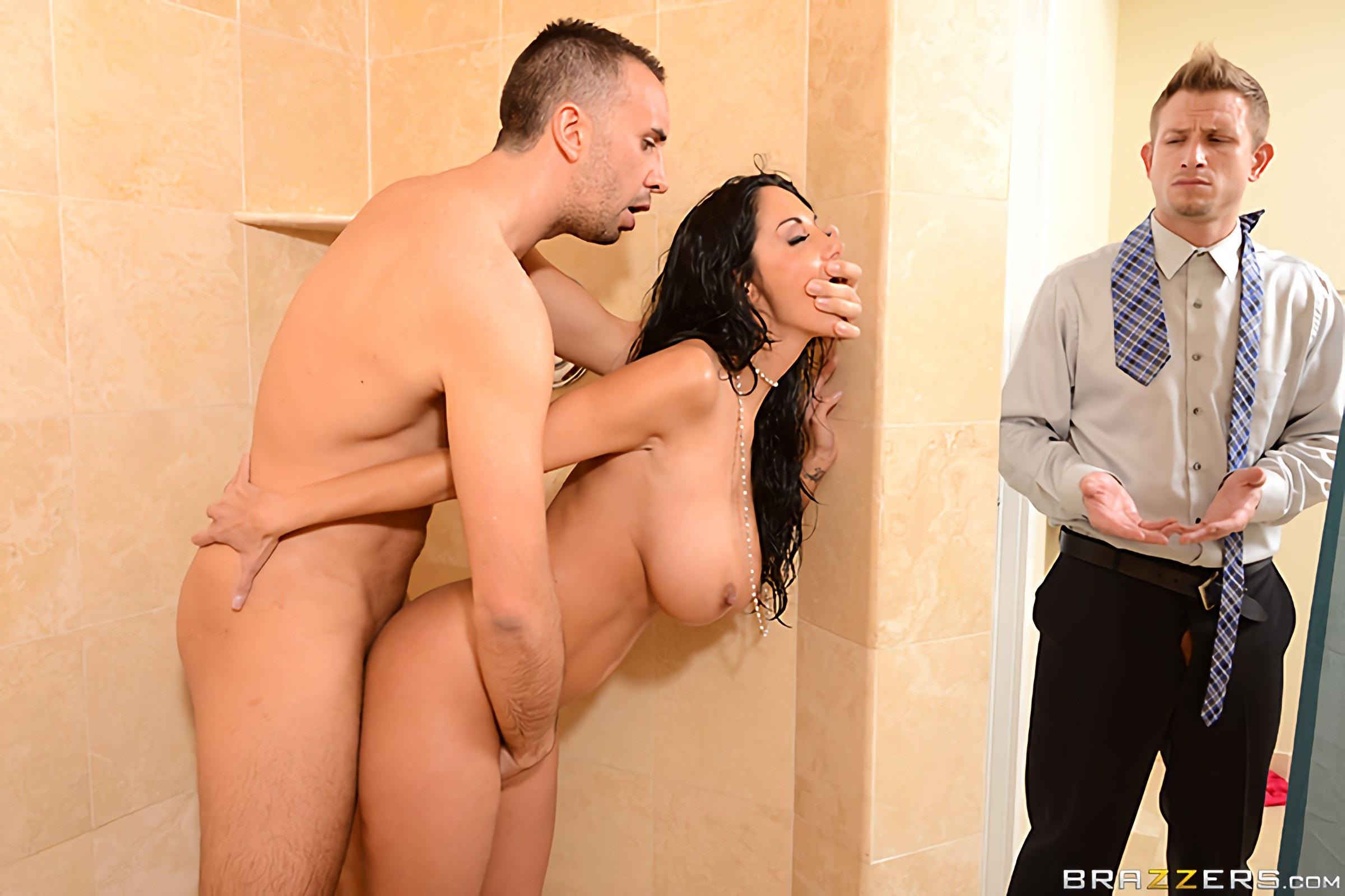 муж ванной а замечает трахается в не любовником с