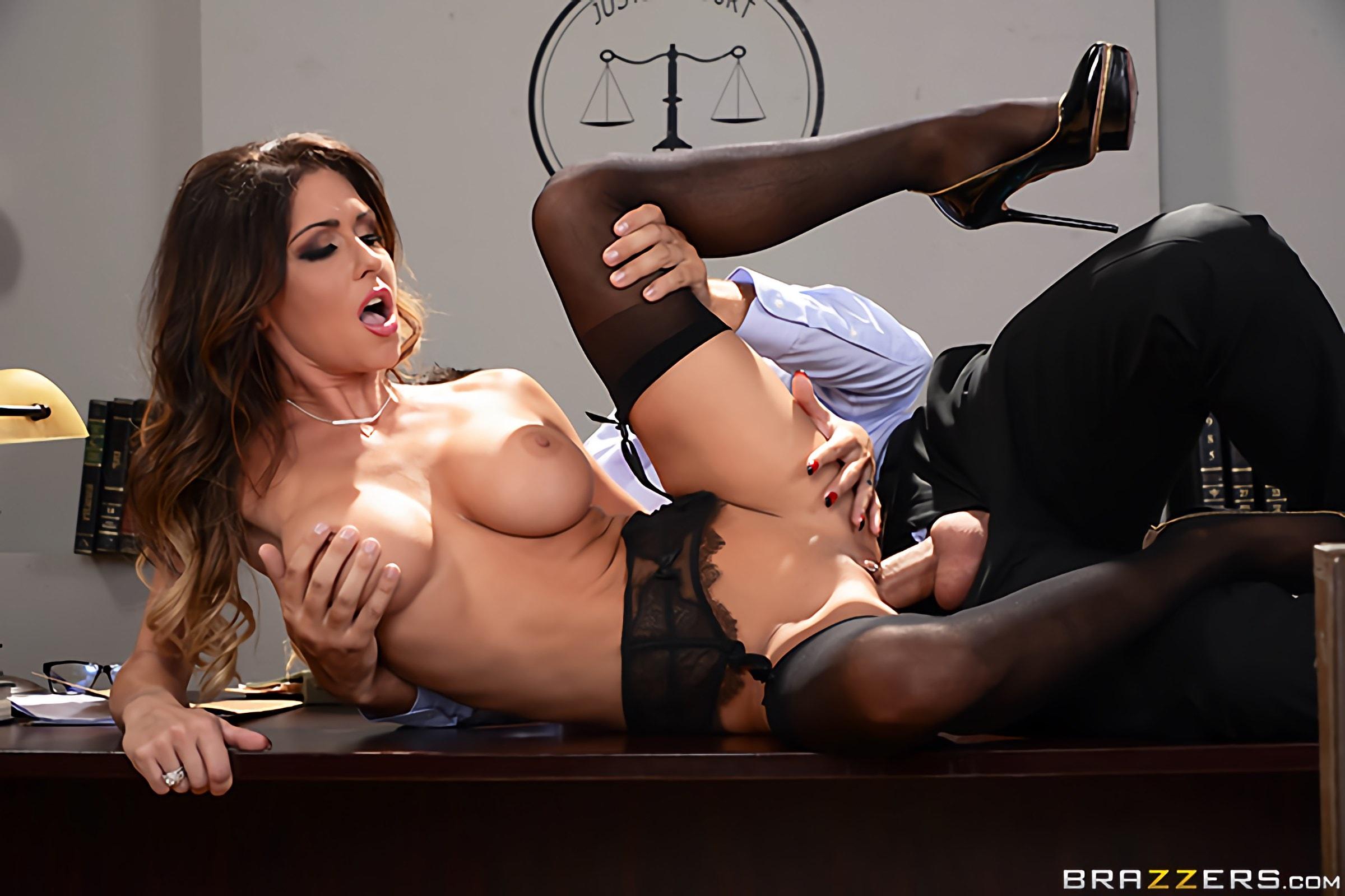 Порно отсосала у судьи
