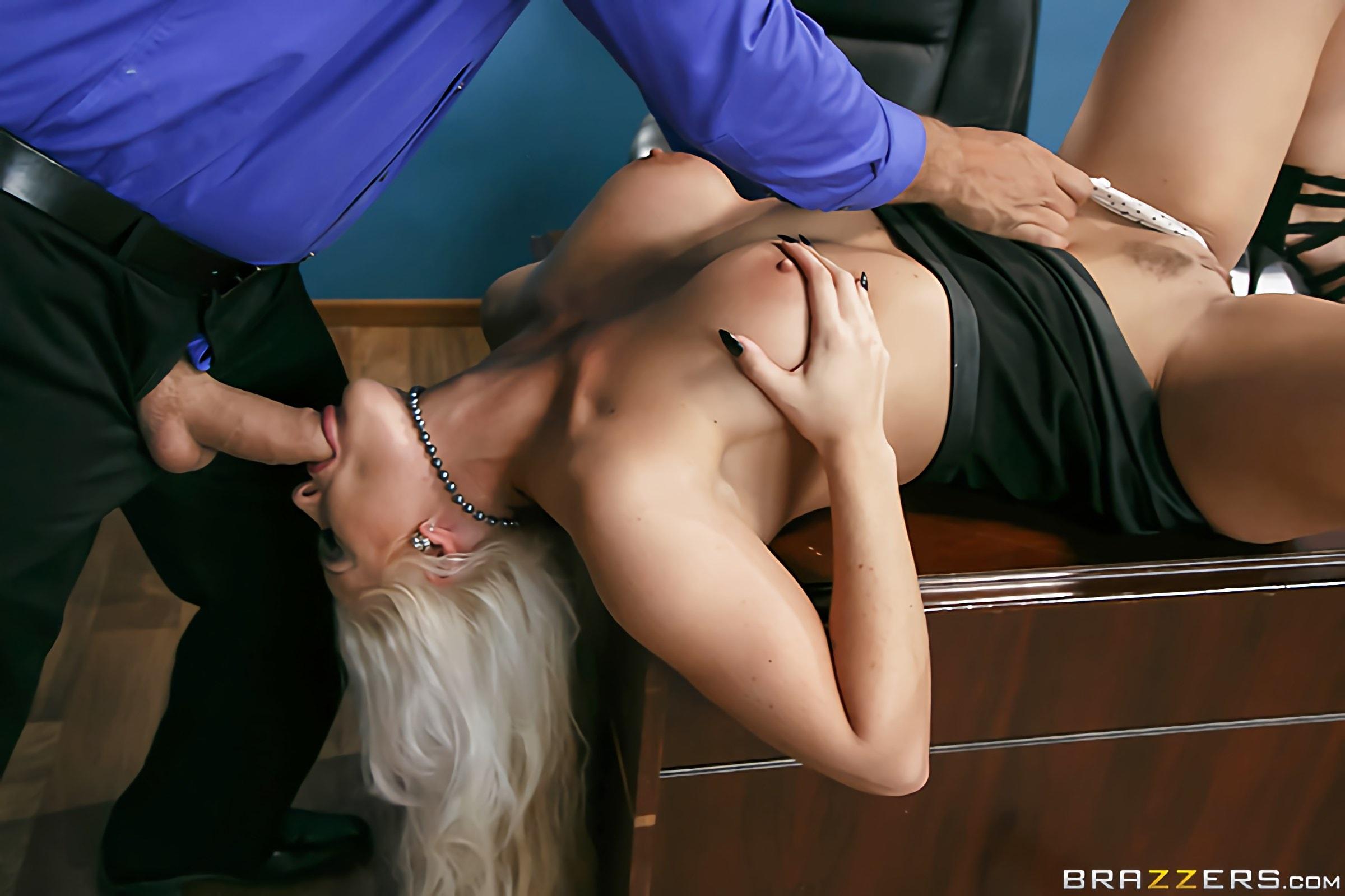 Красивое порно грудастая блондинка отдалась коллеге по работе