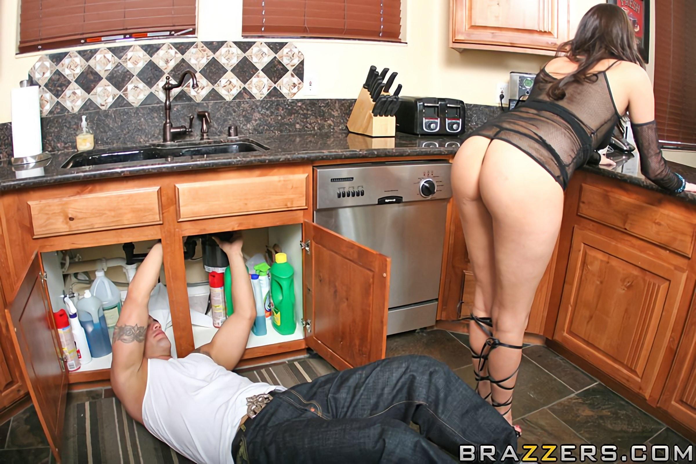 Порно зрелая кухарка на кухне юбка фото