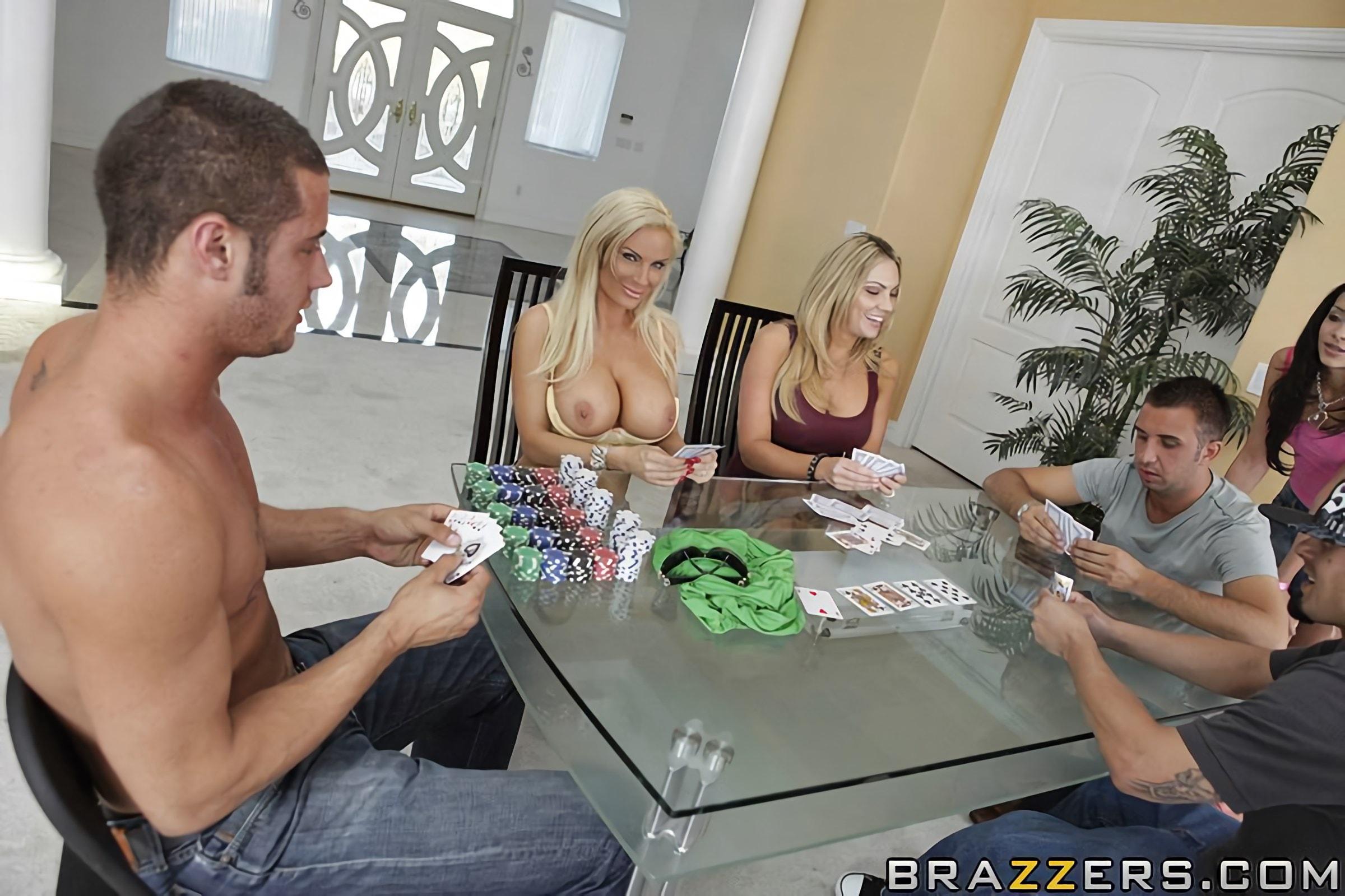 Порно зрелых играют в покер, порно у бассейна лесби