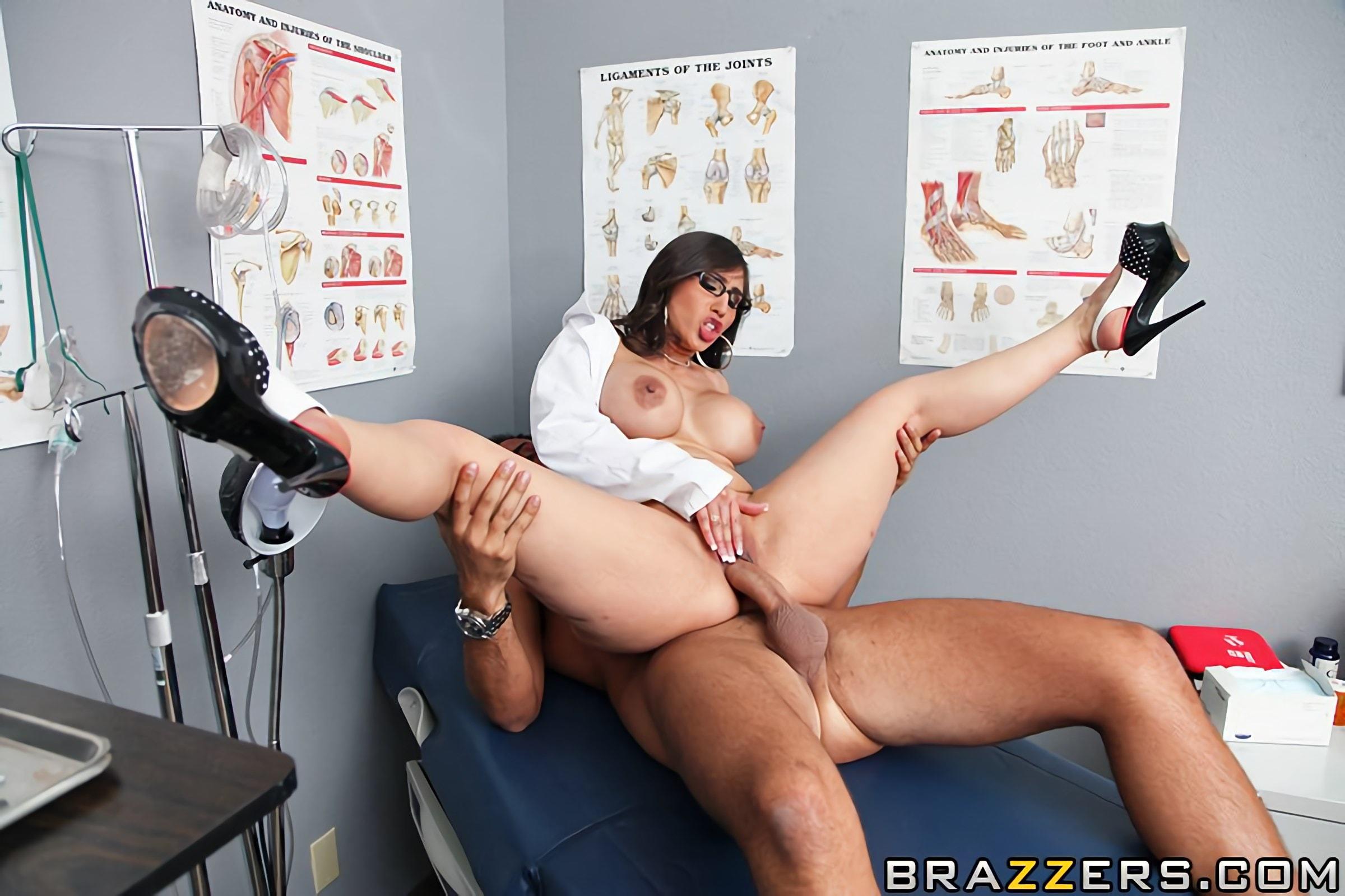 видео девушка доктор с большой грудью трахает
